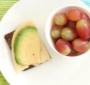 Käse Avocado Brot mit Trauben