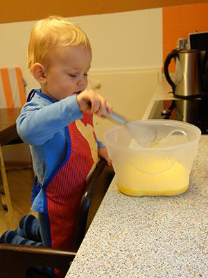 Kind-hilft-in-der-Küche