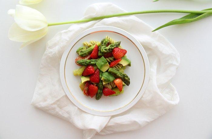 Nudelsalat-mit-Spargel-Erdbeeren-Avocado