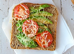Gebackener-Avocado-Tomaten-Toast