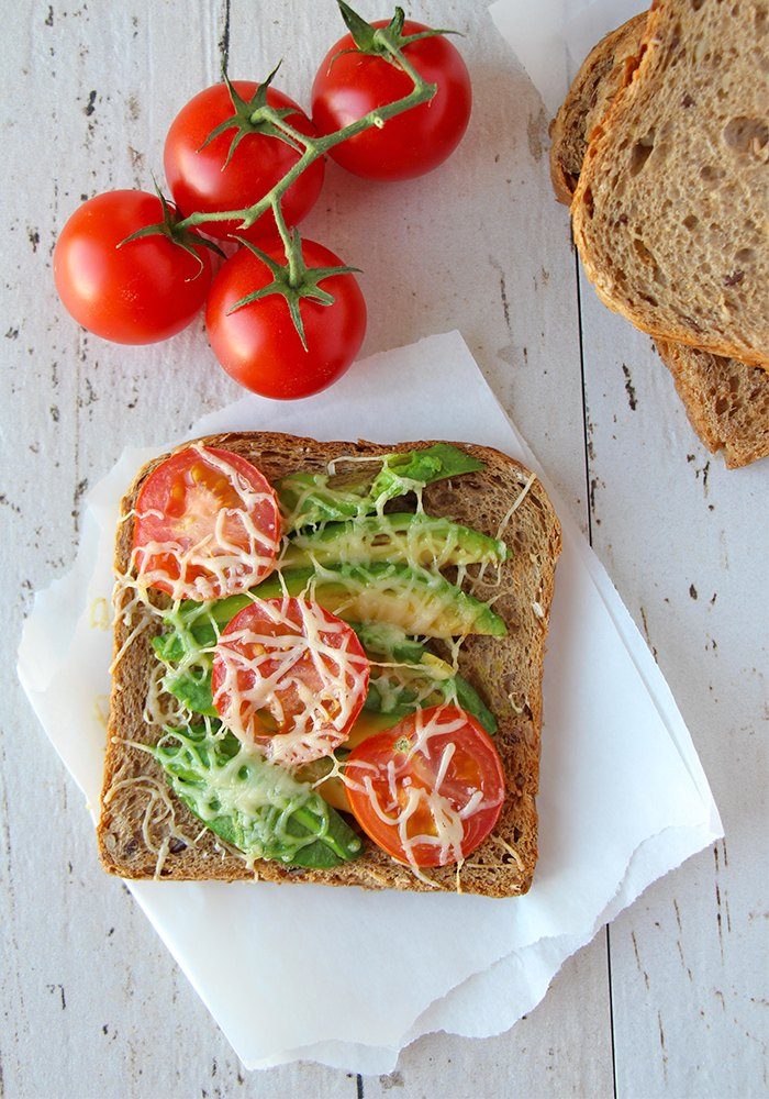 Toast-mit-Avocado-und-Tomaten