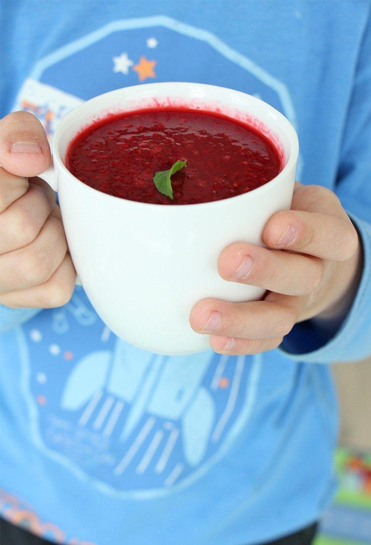 Kind-hält-Tasse-mit-Suppe-für-Kinder