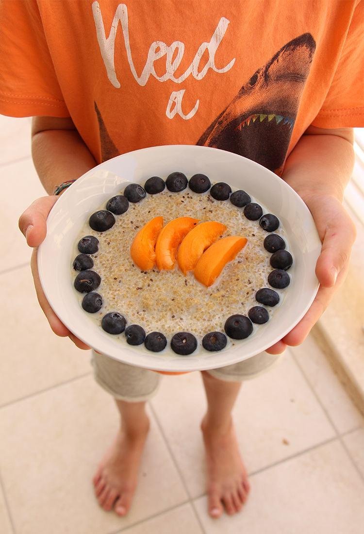 Kind-hält-Schale-mit-Quinoa